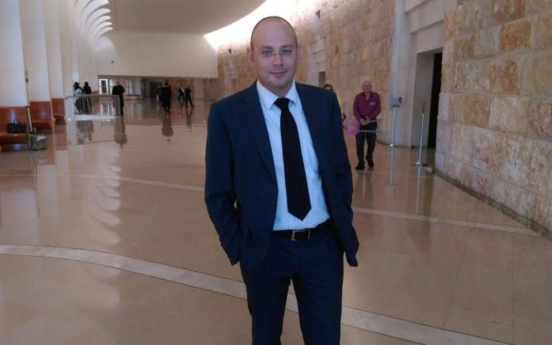 עורך דין סנדר למברג חליפה